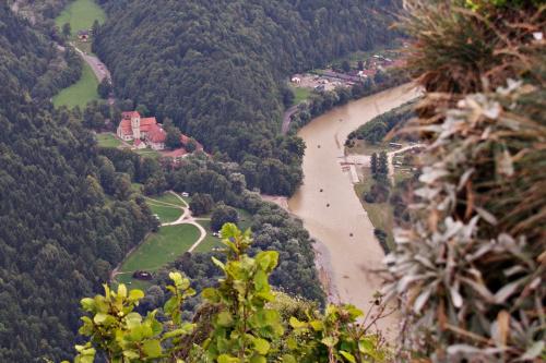 Dunajec po deszczach: piaskowy