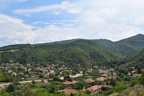Widok na małą miejscowość w górach Pirin
