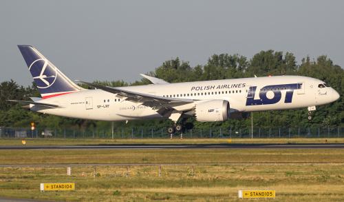 Poranne lądowanie Dreamlinera z Singapuru.