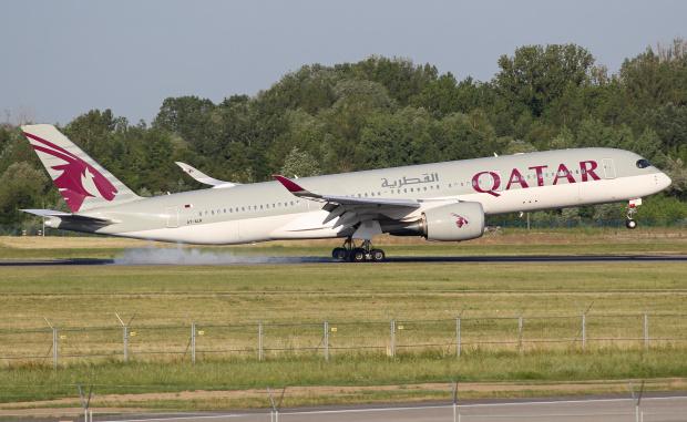 Lądowanie Airbusa A350 Qatar Airways o poranku.