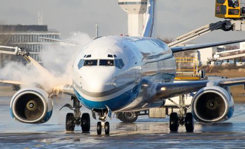 Odladzanie Boeinga Enter AIr w mroźny poranek w lutym.