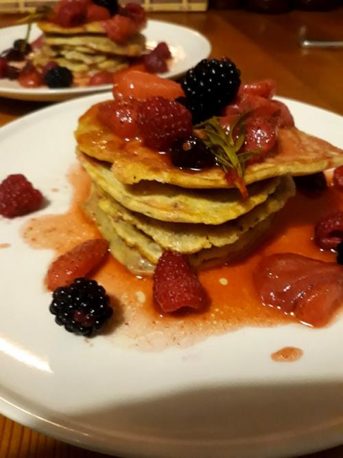 Pancakes z chia i truskawkami, malinami, jeżynami i rozmarynem
