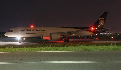 Samolot cargo linii UPS (United Parcell Service) oczekujący na wjazd na pas startowy