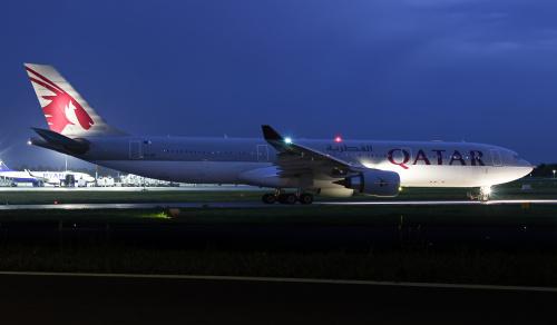 Qatar A330 do Doha oczekujący na pasie startowym na start