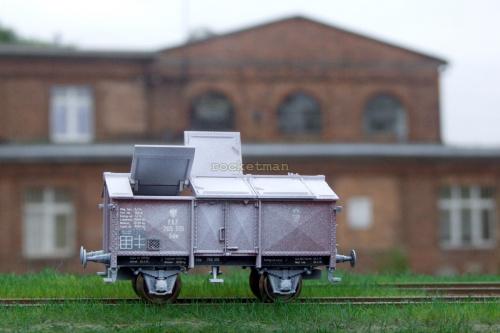 Wapniarka z naniesionymi śladami eksploatacji stoi na dworcu z otwartymi klapami. Kolej P.K.P. z okresu międzywojennego . Model w skali 1:87 H0. H0 #PKP #wagon #wapniarka