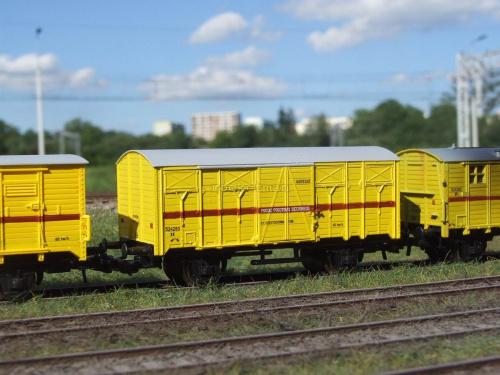 Wagon na AGREGAT prądotwórczy pociągu sieciowego w skali 1:87 w wersji z kinematyką sprzęgu. Oryginalny Pociąg Pogotowia Sieciowego, z którego model posiada oznakowanie, stacjonował w Tarnowskich Górach na przełomie XX i XXI. H0 #Energetyka #PKP