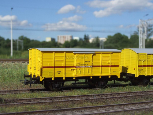 Wagon MAGAZYN sprzętu pociągu sieciowego w skali 1:87 w wersji z kinematyką sprzęgu. Oryginalny Pociąg Pogotowia Sieciowego, z którego model posiada oznakowanie, stacjonował w Tarnowskich Górach na przełomie XX i XXI. H0 #Energetyka #PKP