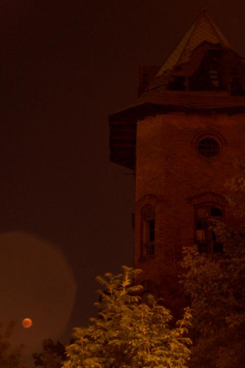 Księżyc w upiornej scenerii